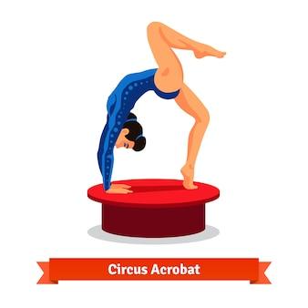 Mooie circus acrobat voert gymnastiekbrug uit