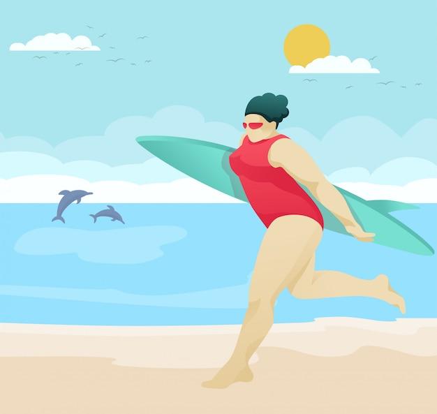 Mooie clubby dame die op strand met surfplank loopt