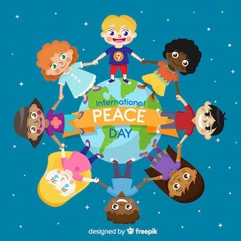 Mooie dag van vredesachtergrond met jonge geitjes die handen en wereldkaart houden