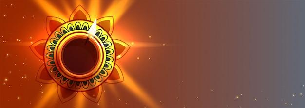 Mooie diwali diya steekt lampbanner met tekstruimte aan