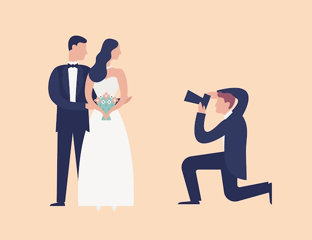 Mooie jonggehuwden staan samen en poseren voor de fotograaf die ze fotografeert. elegante man fotograferen paar met fotocamera