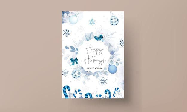 Mooie kerstkaartsjabloon met witte en blauwe kerstversieringen