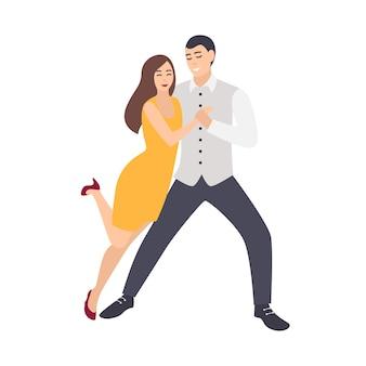 Mooie langharige vrouw in gele jurk en elegant geklede man salsa dansen