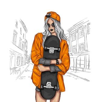 Mooie meisjes in tops en korte broeken met skateboard.