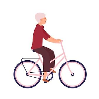 Mooie oudere vrouw gekleed in vrijetijdskleding fiets rijden. schattige lachende oude dame op de fiets met haar huisdier