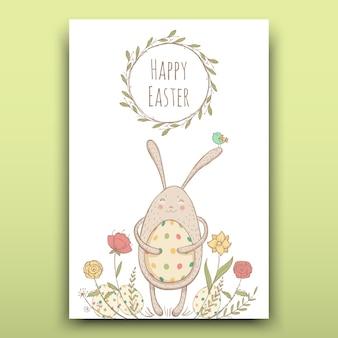 Mooie paaskaart met geschilderde paashaas op een florale achtergrond