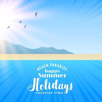 Mooie strandscène met zon en vliegende vogels