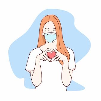 Mooie vrouw die medische masker en gebaarvingers zoals hart draagt.
