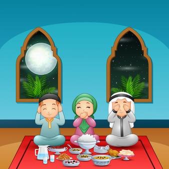 Moslimfamilie bidt samen voor het vasten van de pauze