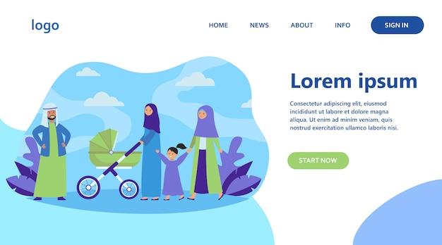 Moslimfamilie die in park loopt