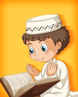 Moslimjongen die uit de koran leest