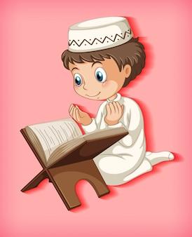 Moslimjongen die van de koran leest