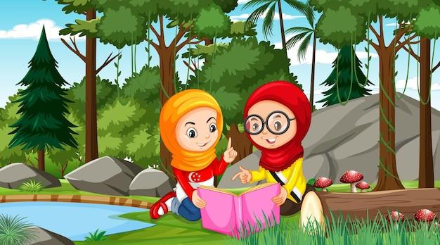 Moslimkinderen dragen traditionele kleding terwijl ze een boek lezen in het boslandschap