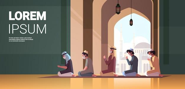 Moslimmannen in maskers bidden ramadan kareem heilige maand religie coronavirus pandemische quarantaine