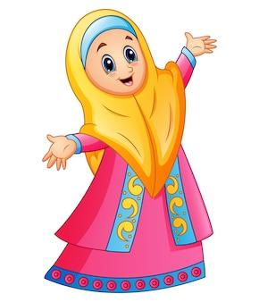Moslimmeisje dat gele sluier en het roze kleding voorstellen draagt
