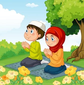 Moslimpaar die in het park bidden