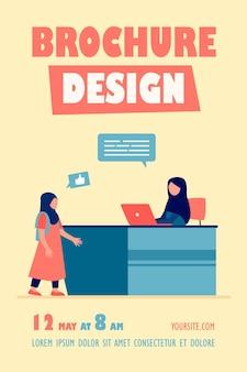 Moslimvrouw die op laptop werkt en praat met de sjabloon van de folder van het meisje
