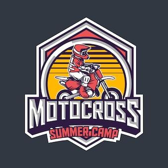 Motocross zomerkamp voor kinderen premium vintage badge logo ontwerpsjabloon
