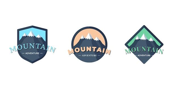 Mountain adventure-schildlogobadge voor extreem toerisme en sportwandelen. buiten natuur rock camping vierkant en cirkel label set vector eps illustratie