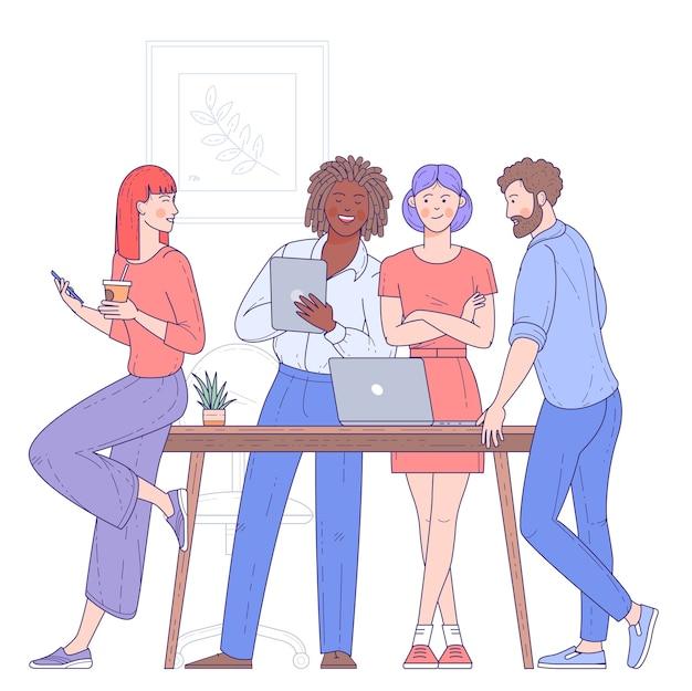 Multi etnische groep jongeren, vrolijke mannelijke en vrouwelijke medewerkers of collega's die samen actuele bedrijfsproblemen oplossen