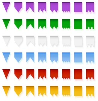 Multicolored heldere die vlaggenslingers op witte achtergrond worden geïsoleerd