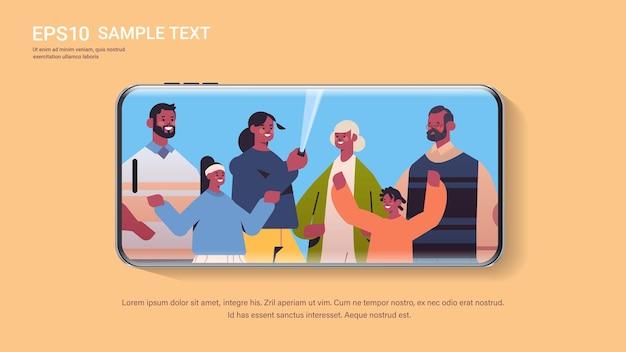 Multigenerational afro-amerikaanse familie met behulp van selfie stick nemen foto op camera smartphone scherm kopie ruimte horizontale portret vectorillustratie