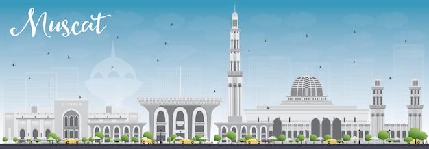 Muscat skyline met grijs gebouwen en blauwe hemel.