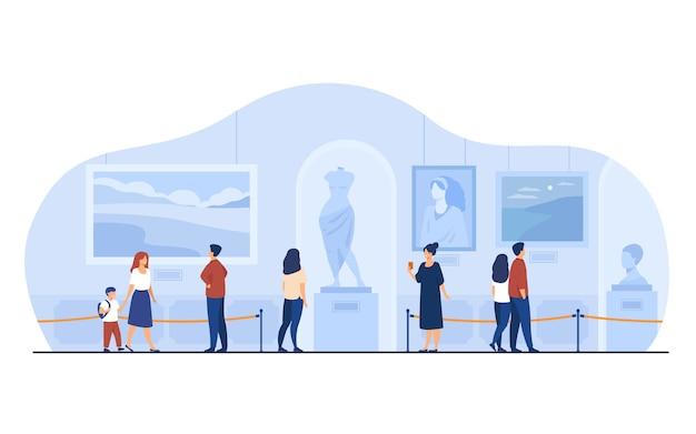 Museumbezoekers lopen in kunstgalerie. toeristen genieten van expositie, kunstwerken bewonderen op tentoonstelling. vectorillustratie voor excursie, mensen en cultuurconcept.