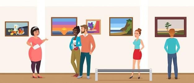 Museumbezoekers mensen in galerie met kunsttentoonstellingen die een rondleiding met gids volgen en foto's bekijken.