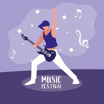 Muziekfestival met vrouw die elektrische gitaar speelt
