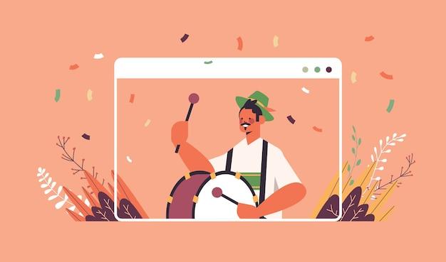 Muzikant drummen op grootste volksfeest oktoberfest partij viering concept man in duitse traditionele kleding plezier web browservenster