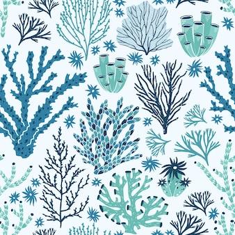 Naadloos patroon met blauwe en groene koralen en zeewier.