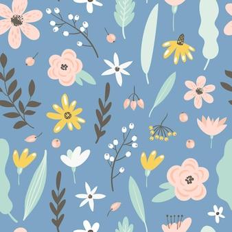 Naadloos patroon met bloemen, bladeren en bessen