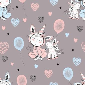 Naadloos patroon met een schattige baby in pyjama met zijn speelgoedeenhoorn en ballonnen. vector.