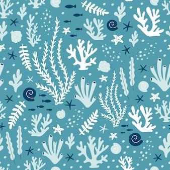 Naadloos patroon met oceaankoralen en zeewier.