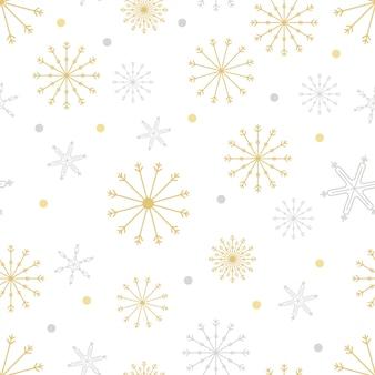 Naadloos patroon met sneeuwvlokken in verschillende grootte in zilver en geel goud op wit