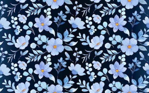 Naadloos patroon van blauwe bloemenwaterverf op donkere achtergrond