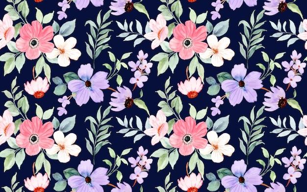 Naadloos patroon van roze paarse bloemenwaterverf op donkerblauw