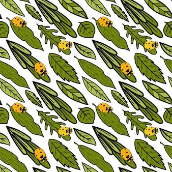 Naadloos vectorpatroon met diverse bladeren en lieveheersbeestje groene bloemenachtergrond