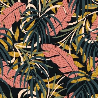 Naadloze patroon kleurrijke tropische planten en bladeren op donkere achtergrond.