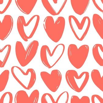 Naadloze patroon met rode harten getekend met ruwe contourlijnen op wit