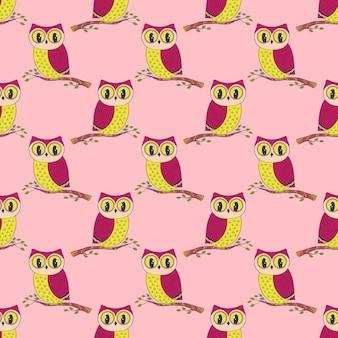 Naadloze patroon met schattige hand getrokken uilen achtergrond in roze en gele kleuren.