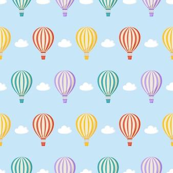 Naadloze patroonballon, wolken. kawaii behang op blauw.