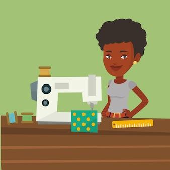 Naaister met naaimachine op workshop.