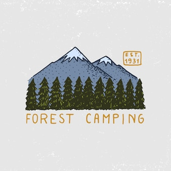 Naaldbos, bergen en houten logo. camping en wilde natuur. landschappen met pijnbomen en heuvels. embleem of badge, tent toerist, reizen voor labels. gegraveerde hand getrokken in oude vintage schets