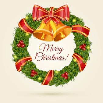 Naaldkrans van kerstmis met lint, klokken en felicitatie inscriptie.