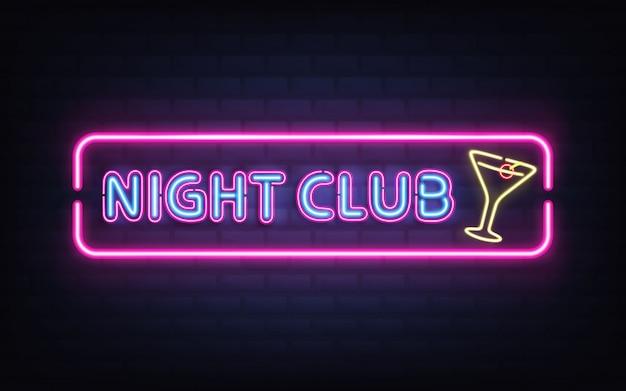 Nachtclub, cocktail bar heldere neon retro uithangbord realistische vector met gloeiende fluorescerende blauw licht letters, gele cocktailglas met olijf, violet, roze frame op donkere bakstenen muur illustratie