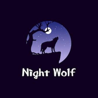 Nachtlandschap in bos met wolf op rots. wilde hond die voor maan huilt