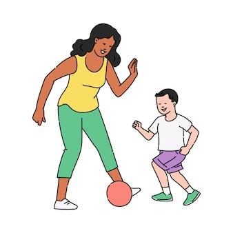 Nanny babysitter speelt voetbal met kind