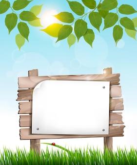 Natuurlijke achtergrond met bladeren en een houten bord.